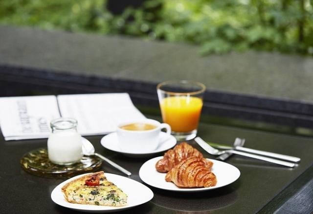 画像1: 森の緑に包まれ、クロワッサンとカフェオレでさわやかな一日の始まりを