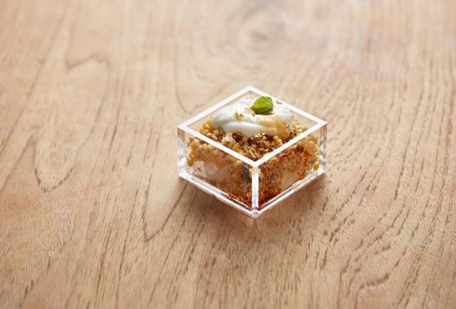 """画像: 黒蜜塩わらび餅と""""フルーツグラノラ ハーフ""""のシメグラノラ(税別399円) 塩わらび餅のほのかな塩味が黒蜜やフルーツグラノラ ハーフの甘みを引き立てます。シンプルながら、クセになる奥行のある味わいの一品です。"""