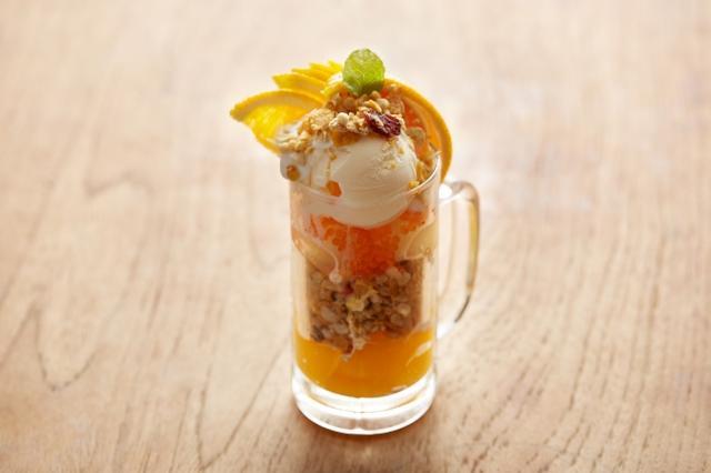 """画像: オレンジヨーグルトと""""フルーツグラノラ ハーフ""""のシメグラノラ(税別799円) 口いっぱいに広がるオレンジの爽やかな味わいに、フルーツたっぷりのフルーツグラノラ ハーフのザクザク食感が楽しい一杯。プチプチとした食感の海藻ゼリーもアクセントに。"""