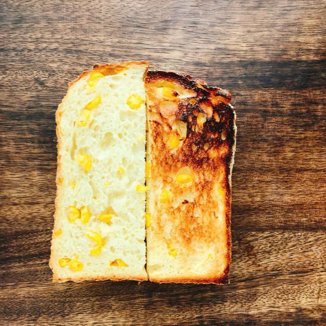 画像: (左)焼く前のとうもろこしの食パン(右)焼きたてのとうもろこしの食パン