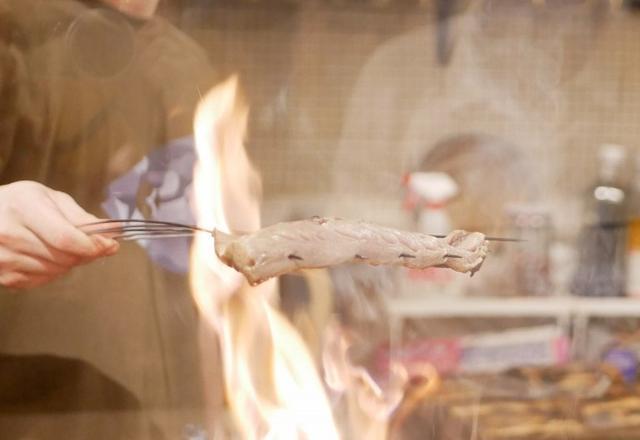画像: カウンターから藁焼きのようすを眺めることが出来ます。