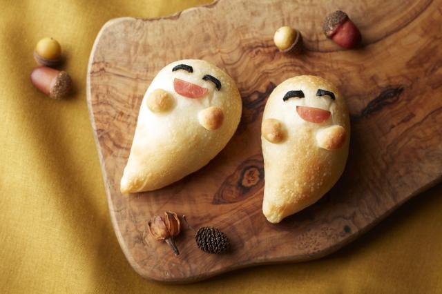 画像: ◆おばけパン アイルランドのハロウィンの伝統料理 「コルカノン」にインスピレーションを受け、マッシュポテトにキャベツとハムを合わせた具材を生地に包んだ程よい塩気が食欲をそそります。 ブラックオリーブとハムで作ったおばけの表情がかわいらしいハロウィンならではのパンです。 料金:¥223 (税金別)