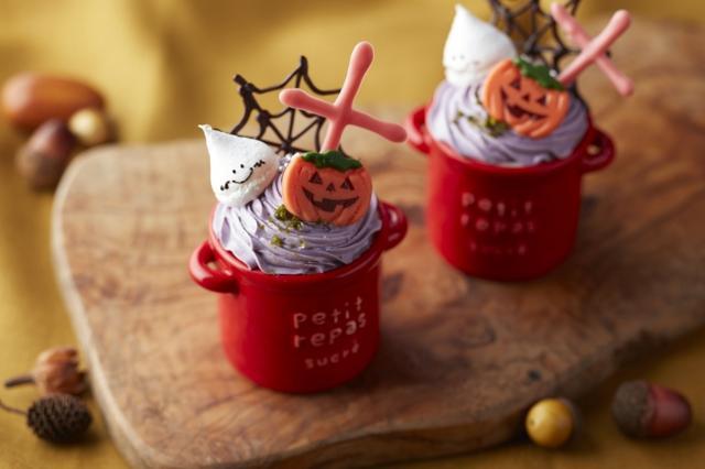 画像: ◆ ハロウィンパンプキンプリン 国産かぼちゃのピューレと生クリーム、牛乳を混ぜ合わせじっくり焼いた濃厚なプリンの上に、ブルーベリーの生クリームを乗せて見た目もハロウィンカラーで気分が盛り上がるプリンに仕上げました。 料金:¥362 (税金別)