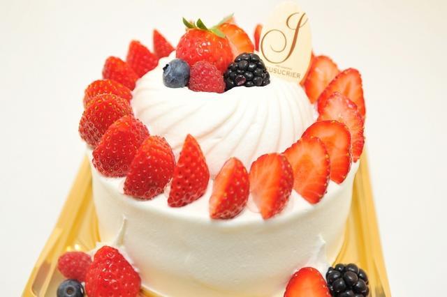 画像: ベリーショート4号 /3,200円 シェフ自慢のふんわりと軽く、口溶けの良いスポンジが特長、旬の苺とたっぷりの北海道産生クリームをサンドした定番のホールケーキです。