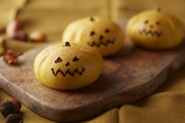 画像: ◆ かぼちゃあんぱん 9月より販売を開始するかぼちゃあんぱんを、期間限定でハロウィン風に仕上げたスペシャルバージョンです。かぼちゃペーストを練り込んだ生地でブランデーが香るかぼちゃ餡を包みました。ジャック・オー・ランタンの顔も描いた見た目もかわいらしいあんぱんはおやつ感覚でお召し上がりいただけます。 料金:¥223 (税金別)