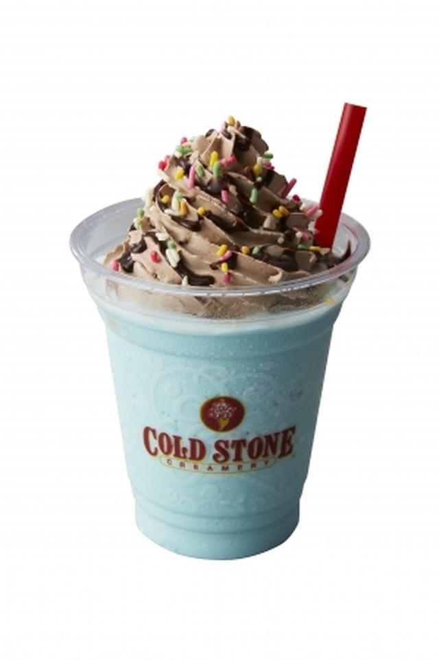画像: 【特長】 フローズンミントドリンクは、ミルクをベースにミントアイスクリームを入れ、より爽快感をプラスするため、追加でミントペーストを入れてミックス。上には濃厚なチョコレートホイップクリームとチョコファッジ、カラフルなレインボースプリンクをトッピングしました。 【内容】 フローズンミントドリンク、チョコレートホイップクリーム、チョコファッジ、レインボースプリンクル