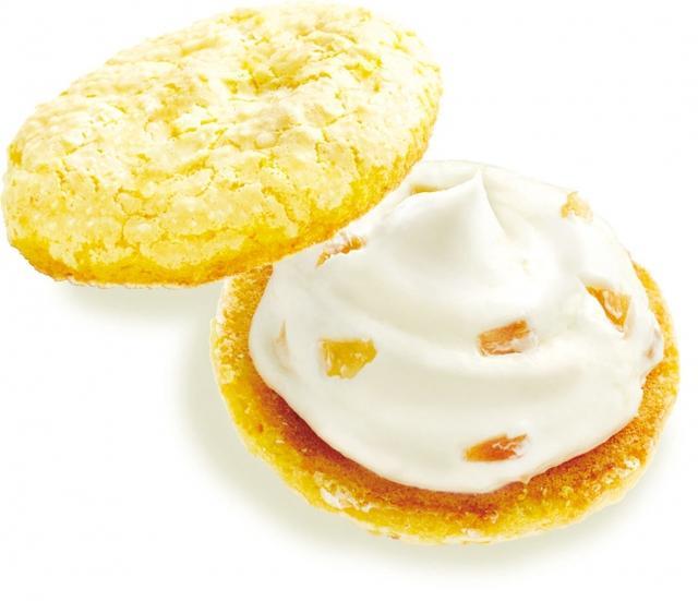 """画像: """" レモン香るおいしさ4 つの秘密 """" ① きゅんと甘酸っぱいレモンの果汁をふんだんに使って。 ② 丁寧にメレンゲを泡立てるひと手間がパフ生地のふわっと軽い食感に。 ③ 甘酸っぱくて、ほろ苦くて。レモンピールはちょっと大人なアクセント。 ④ ホワイトチョコとレモンペースト、おまけにレモンピール。贅沢レモンクリームをたっぷりと。"""