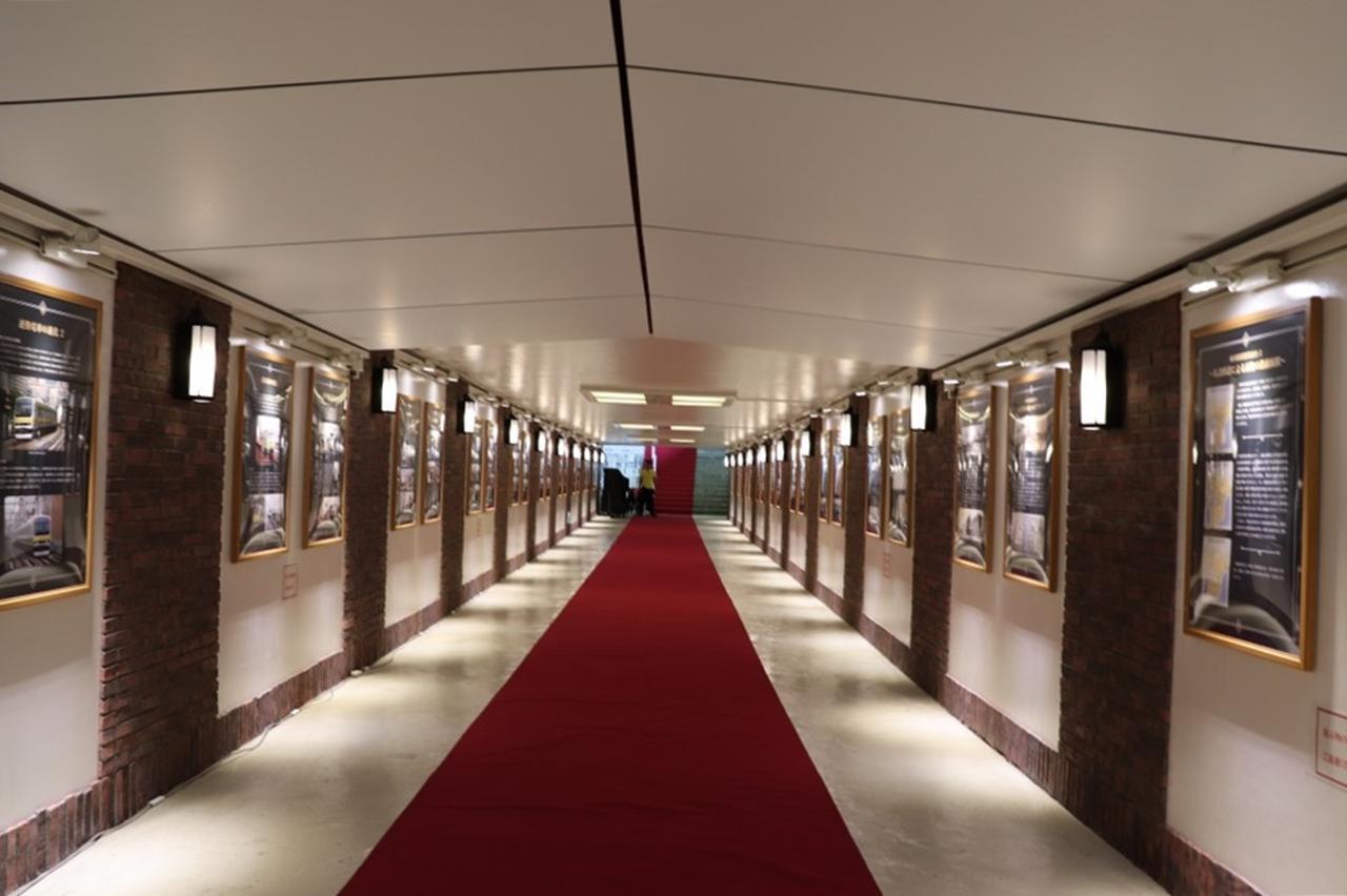 画像: 貴賓漂うレッドカーペットを通りギョーザステーションへ