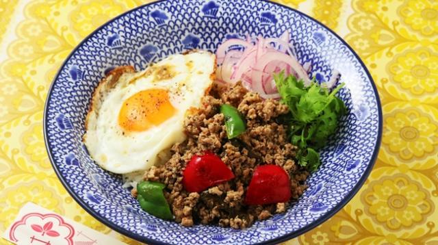画像: ガパオライス ¥880 タイの定番料理!甘辛なタレで炒めた鶏ひき肉とピーマン、パプリカ、パクチー、たまごを絡めれば美味しいこと間違いなし!