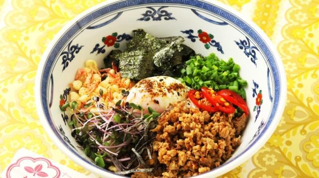 画像: 台湾風混ぜUDON  ¥1,000 極太麺の歯ごたえあるコシに肉味噌、天かす、干しエビ、温泉卵を絡めれば美味しいこと間違いナシ!