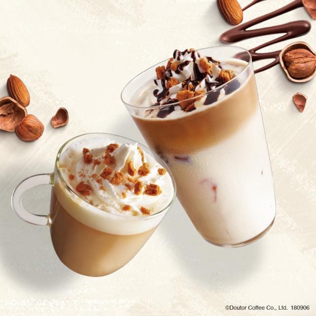 画像: 商品名:アーモンドヘーゼルナッツラテ(写真左) 価  格:S460円~(税込/HOT・ICED) アーモンドとヘーゼルナッツの香ばしさと、ミルクのまろやかさ、エスプレッソの苦味とコクがマッチした一杯です。ホイップクリームの上には、ビスケットをトッピング。「ザクザク」とした食感も楽しめます。 商品名:アーモンドヘーゼルナッツラテ チョコラータ(写真右) 価  格:S480円~(税込/HOT・ICED) 「アーモンドヘーゼルナッツラテ」にチョコソースをトッピング。程よい甘さとコクをプラスし、さらに風味豊かに仕上げています。