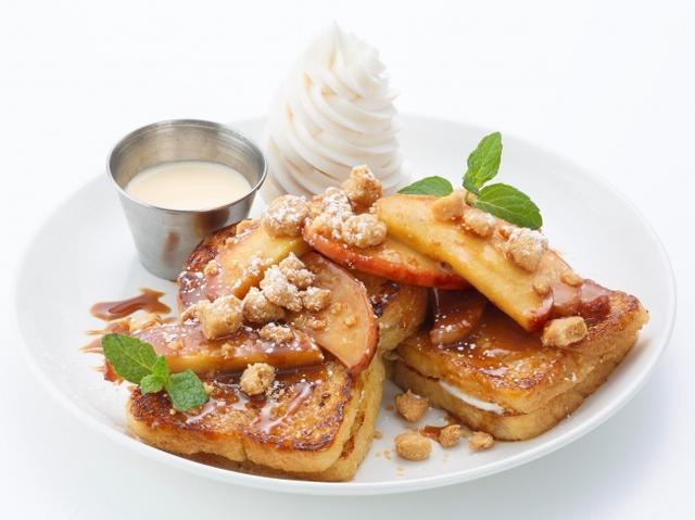 画像: キャラメルアップル フランジェリコ 〈Caramel Apple & Frangerico〉 人気のフランジェリコシリーズにリンゴをたっぷり使った、季節の味が仲間入り! マスカルポーネをサンドしたフレンチトーストに、キャラメルソテーしたリンゴとリンゴのフィリング、ざくざく食感のクランブルクッキーをトッピングしました。フランジェリコソースをかけると、また一味違った味わいをお楽しみいただけます。 Regular size 1,700円 Half size 1,200円 ※フランジェリコソースには洋酒を使用しております。