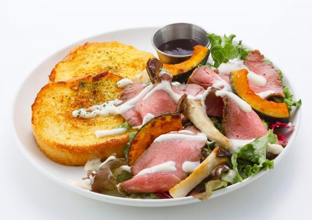 画像: ローストビーフサラダ〈Roast Beef Salad〉 秋の味覚「かぼちゃ」と「エリンギ」のサラダに、ローストビーフを贅沢に盛り合わせたメニュー。 ホースラディッシュマヨのピリっとした辛味と、バルサミコが効いた甘辛いソースが食欲をそそります! お酒と一緒に合わせていただくのもオススメです。 1 piece 1,600円 2 pieces 1,850円