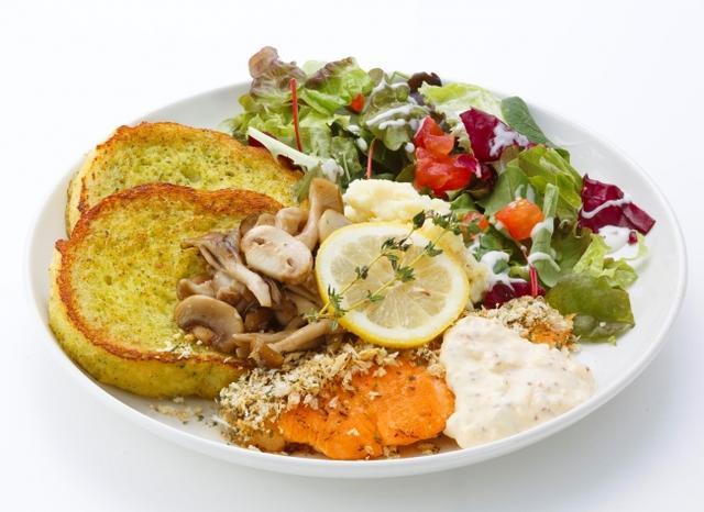 画像: サーモントラウトのグリル 〈Grilled Salmon trout with Herb Breadcrumbs & Mushrooms〉 グリルしたサーモントラウトに粒マスタードを塗り、香り豊かなタイムとチーズを混ぜた香ばしいパン粉をまぶしました。自家製タルタルソースとキノコのソテー、バジル入りのアパレイユで焼き上げたフレンチトーストとも相性抜群、秋の味覚盛りだくさんの一皿です! 1 piece 1,600円 2 pieces 1,850円