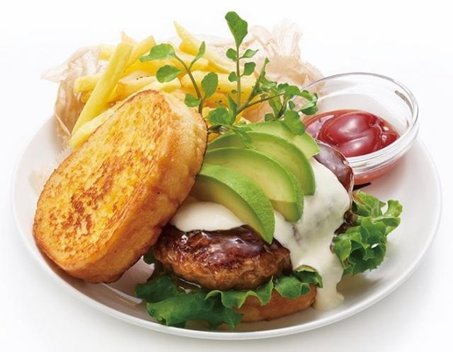 画像: アボカドテリヤキバーガー 〈Avocado Teriyaki Burger〉 BIGなハンバーグにガーリックマヨネーズとテリヤキソースをかけて、クリーミーなアボカドと共にフレンチトーストで挟んだリッチでボリュームな一皿。ポテトもついてお子様も大満足のフレンチトーストです。 1,500円
