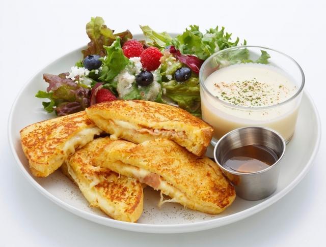 画像: モンティクリスト 〈Monte Cristo〉 人気の朝食【モンティクリスト・サンドウィッチ】をIvorish風にアレンジしました。 モッツァレッラチーズとプロシュートをサンドしたフレンチトーストに、お好みでハチミツをかけてお召し上がりください。 フェタチーズとベリーのサラダ、じゃがいものポタージュもついて、ランチとしても大満足いただけます。 One size 1,700円