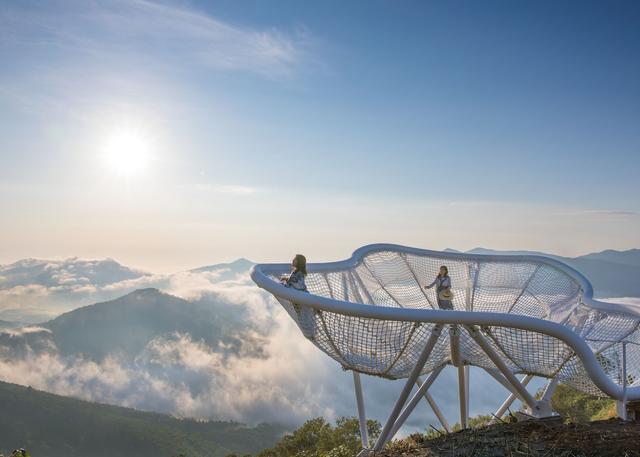 画像: 巨大なハンモックのような造りをしていて、雲の上でのお昼寝気分を味わえる
