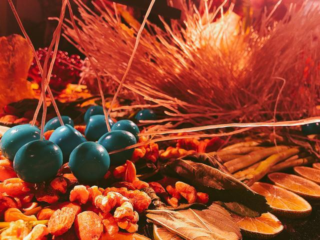 画像: 海藻で着色されたうずらの卵もアートの一部