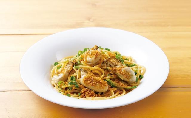 画像: 牡蠣とからすみのスパゲッティ 1,049円(税込1,132円) にんにくと唐辛子の香り豊かなオイルベースのソースに、プリッと柔らかな兵庫県播磨灘産「牡蠣」と、イタリア・サルディーニャ島の「からすみ」を使ったごちそうパスタ。黄金色のからすみが、見た目にも秋らしい一品です。