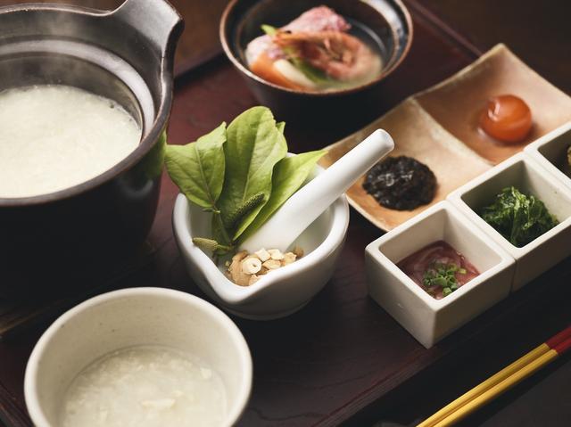 画像: <ピーヤシ粥朝食> おぼろ状の柔らかい豆腐「ゆし豆腐」をあわせたお粥をメインにした朝食膳です。お粥のトッピングは、ピーヤシ・ナッツ・味噌を好みの割合でブレンドして作る「ピーヤシ味噌」。爽やかな辛みが特徴の身体にやさしい朝食です。