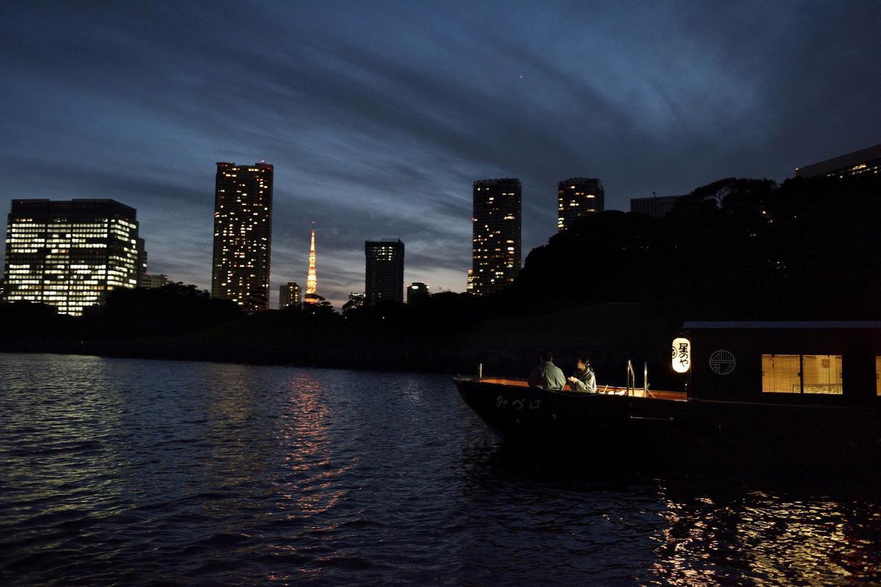 画像: 舟の上から冬の夜景を眺め、おでんと熱燗を楽しむ 「東京・冬夜の舟あそび」