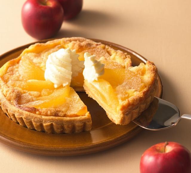 画像: 商品名:「アップルカスタードパイ(5号)」[ NEW ] 価 格:<直径16cm、約5~6人分>¥1,200(税込¥1,296) 発売日: 2018年9月7日 特 長: バターの風味ゆたかなパイ生地に、まろやかカスタード、りんごの旨みがぎゅっと凝縮したコンポート、クランブルをのせて焼き上げました。シナモンが香る、温めてもおいしいパイです。