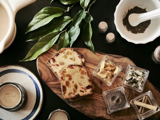 画像: <命草チャイ> ピーヤシや月桃、ウコンなど、島で親しまれているスパイスがたっぷり入ったチャイです。パティシエのレシピを見ながら、ご自身でスパイスを調合し、茶葉と牛乳で煮出します。ふつふつしてきたときに広がるピーヤシの香りとチャイの優しい甘味で心も身体もほっこり温まります。