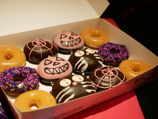 画像1: ピンクとブラックどちらがお好き?魅惑のドーナツ登場
