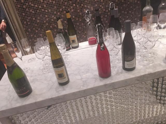 画像: ワイン選びはシニアソムリエがサポート