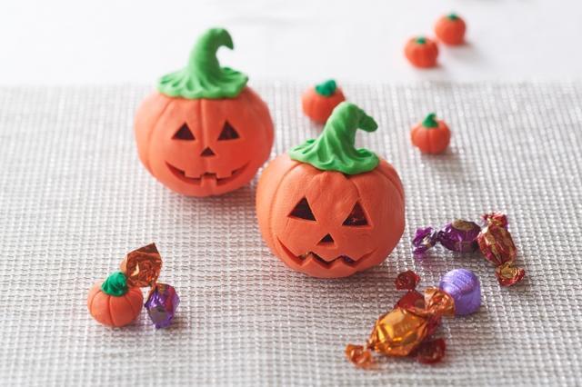 画像: ・ジャック オ ランタン  4,000 円(1 個) チョコレートでできたかぼちゃのジャック オ ランタンの中に、キャンディーなどのお菓子を詰め込みました。ギフト用にソフトケースに入れてご用意します。 ※サイズ: 14~15cm