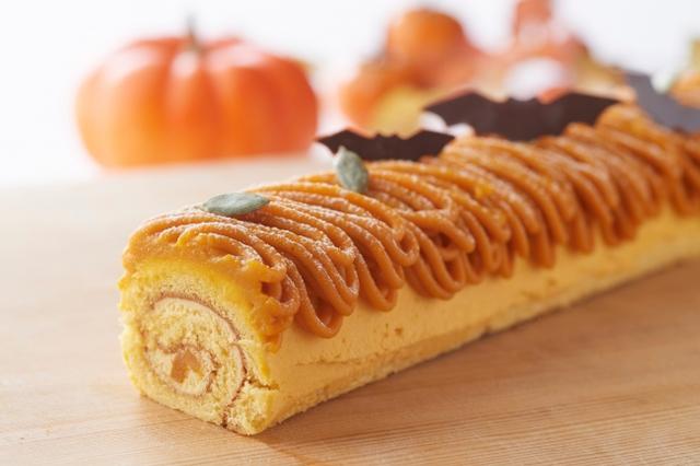 画像: ・パンプキンロールケーキ  2,000 円 パンプキンクリームを、パンプキンパウダーを練りこんだ生地で包んだロールケーキです。表面にはパンプキンクリームをトッピングし、こうもり型のチョコレートを飾りつけた、ハロウィンを盛り上げるスイーツです。 ※サイズ: 27cm
