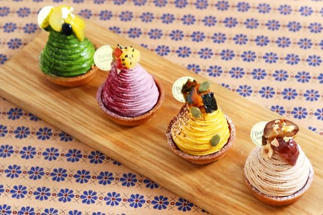画像: (手前から) ●栗のモンブラン フランス産の栗を使った濃厚なマロンクリームと、贅沢にのせた栗が嬉しい。これぞ、モンブランの王道! ●カボチャのモンブラン こっくり優しい甘さのカボチャクリームと、なめらかなカスタードクリームが相性抜群です。 ●紫芋のモンブラン 鮮やかな紫色と素朴な甘さが、秋を感じさせてくれます。 ●抹茶のモンブラン 抹茶クリームの渋さとほろ苦さがアクセント。 抹茶の風味もしっかりと感じられる、甘さ控えめな大人のモンブラン。