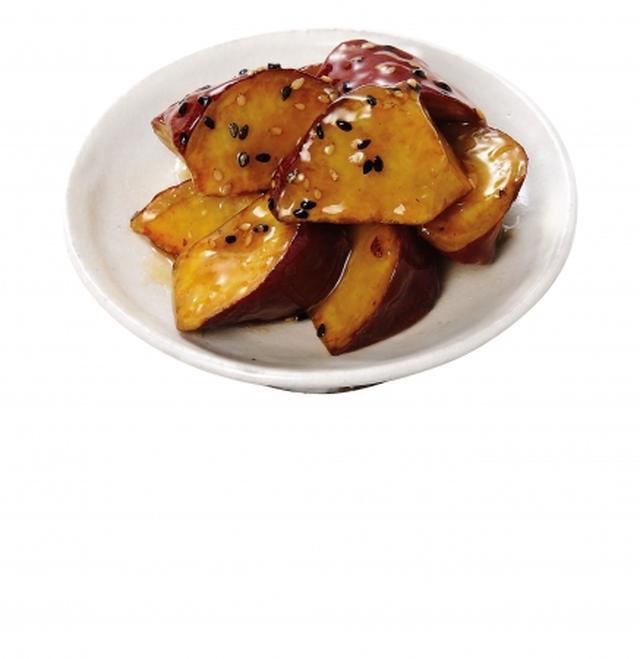 画像: 「たれを絡めて食べる大学芋(茨城県産紅はるか使用)」 糖度が高い茨城県産の紅はるか芋を「ドクターフライ」を使用して調理することで、油の吸収を抑え、芋本来の甘味・ホクホクとした食感を味わえる商品です。甘さを抑えた粘度の弱いタレにすることで、芋にたっぷりと絡めやすく、あと引く美味しさに仕上げました。 規格:1パック 価格:大298円、小158円(本体価格) 販売開始:2018年9月15日
