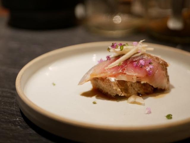 画像: 「〆鯖と豆腐サワークリームの小さなタルティーヌ」500円(税込)