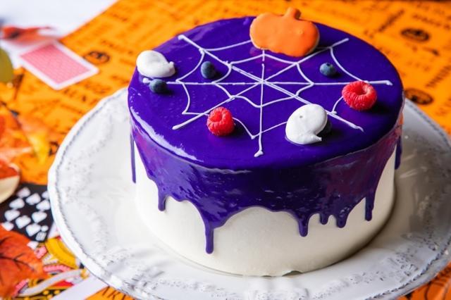 画像: かぼちゃとぶどうのスパイダーケーキ 毒々しい蜘蛛が這う一見コワ可愛いケーキ。実はぶどうのシロップをたっぷり染み込ませたスポンジを、こっくりとした甘さのかぼちゃクリームとマロンクリームでサンドした、秋の味覚がギュッと凝縮されたデザートです。
