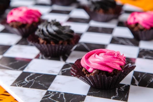 画像: 2色の一口バラケーキ ラズベリーの鮮やかなピンククリームと濃厚な黒ゴマのブラッククリームのバラが花開くカップケーキ。好対照な色合いは写真映えも期待大。クリームの花びらを少しずつ散らしていくと…チョコブラウニーがお目見え。一口でも満足度は重量級の贅沢カップケーキです。