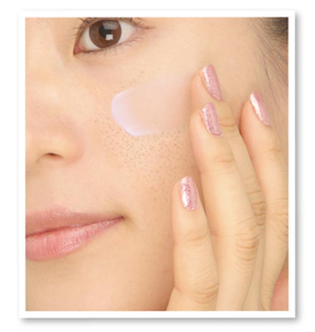 画像: 使用方法> 化粧水等でお肌を整えた後、指先に適量をとり気になる毛穴にくるくるとすり込むようにやさしくなじませます。