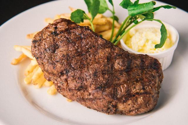 画像: ステーキ&フリット 2,900 円 北海道ジャージー牛のリブロース、またはイタリア産仔牛のサー ロインを惜使ったボリュームたっぷりの一品。ミディアムレアに焼き 上げたステーキは、噛んだ瞬間旨みが口いっぱいに広がります。