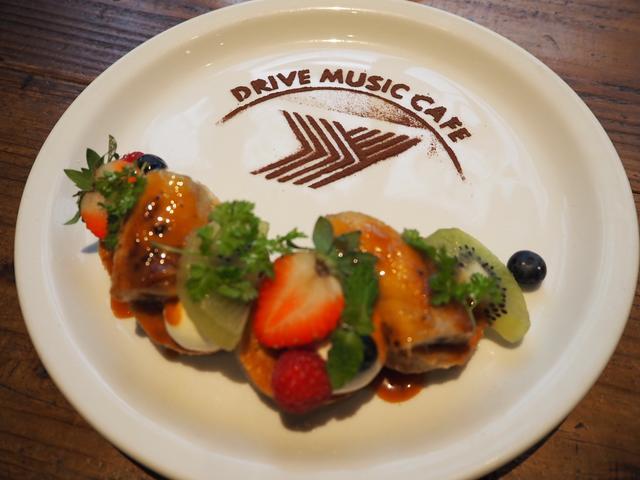 画像: たっぷりフルーツとキャラメルバナナのパンケーキ 750円(税込)
