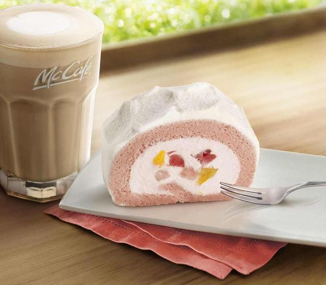 画像1: いちごと黄桃の果肉が入ったリッチなロールケーキがレギュラーメニューで登場!