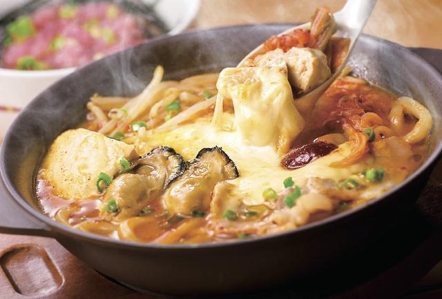 画像: <新登場> 牡蠣ととろ~りチーズの辛口チゲ [半玉うどん入り] 799円