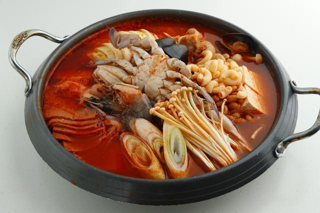 画像: ・海鮮プデチゲ カニやエビをふんだんに使用し、海鮮で出汁を取って深みのある味に。是非ご賞味下さい。 価格:3,580円(税別) (2~3人分)