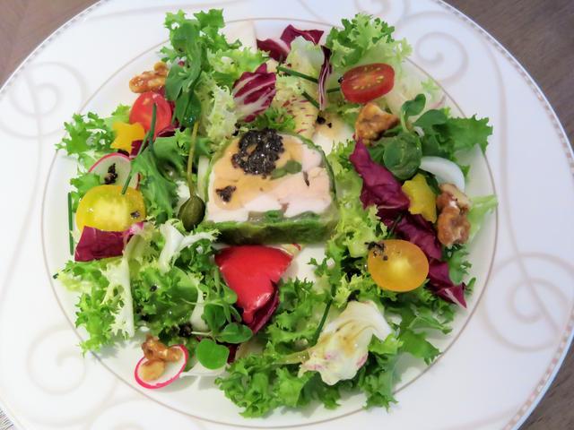画像1: 【前菜】フォアグラと信玄胸肉のゼリー寄せ マンサニーリャ風味 トリュフドレッシングのリース風サラダを添えて