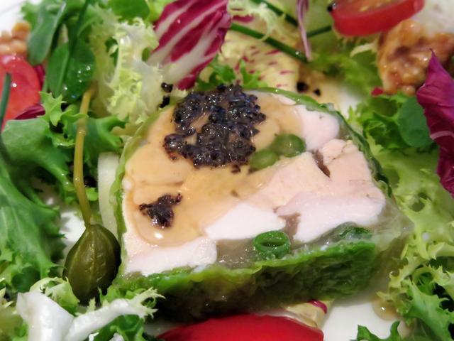 画像2: 【前菜】フォアグラと信玄胸肉のゼリー寄せ マンサニーリャ風味 トリュフドレッシングのリース風サラダを添えて