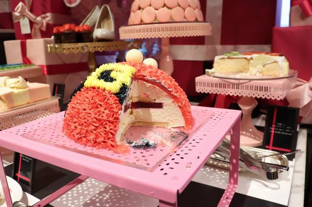 画像: サンタのお腹をカットしたケーキの断面をのぞくと、クリームがたっぷり。いつものように「明日から」という呪文を唱えながら、今日はスイーツを思う存分楽しんじゃおう☆