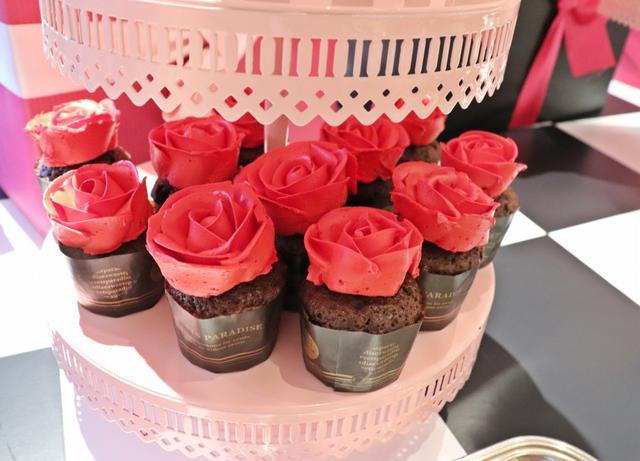 画像: 「ひとめぼれ」が花言葉1輪のローズカップケーキ
