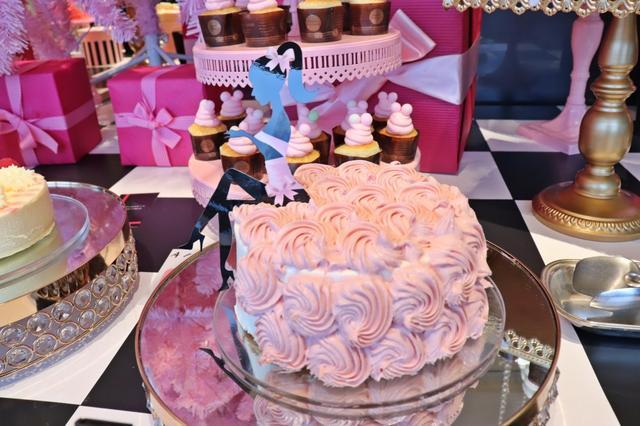 画像: ロマンティックな花嫁のように ピンクドレスのストロベリーシフォンケーキ 生クリームとストロベリークリームをたっぷり盛り付けて、女の子のふわふわドレスをイメージしたケーキです。