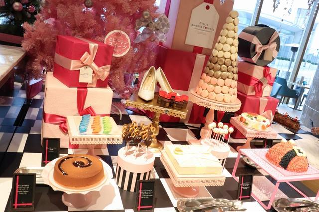 画像: ピンクのクリスマスツリーの下にはプレゼントや宝石がいっぱい!!