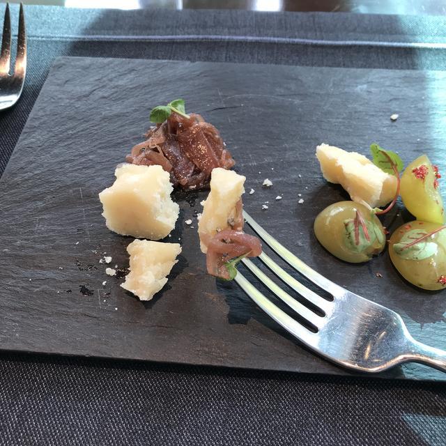 画像: 24ヶ月/「玉ねぎのコンフィチュール」とともに。バルサミコ酢と砂糖で煮詰めた玉ねぎの凝縮された旨味がぎっしり。