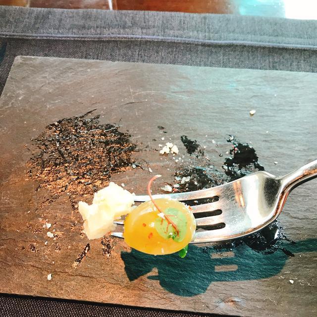 画像: 36ヶ月/「ぶどうのマリネ」マリネした時と、盛り付けの時に使っているピンクペッパーの風味の違いを「パルミジャーノ・レッジャーノ」と合わせるのが美味しい。